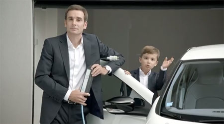 Enfant vantant les qualités d'une voiture