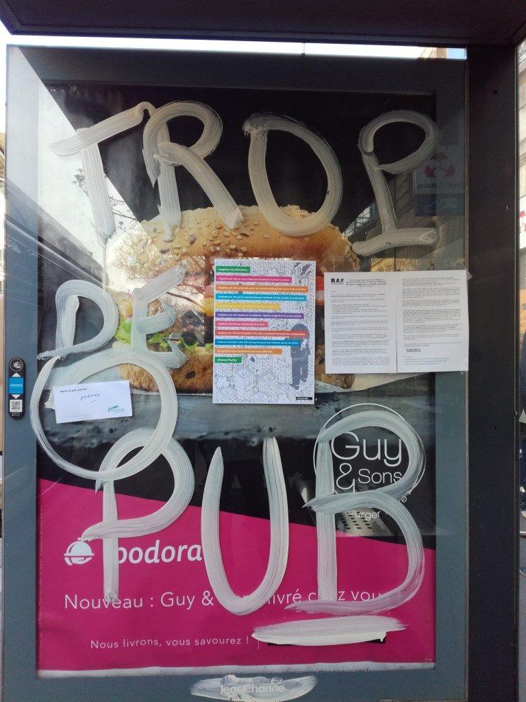 Écriture d'un message au blanc d'Espagne sur une publicité